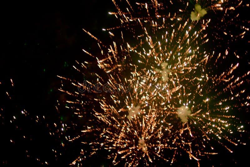 Fuochi d'artificio alla notte nel cielo 10 fotografie stock