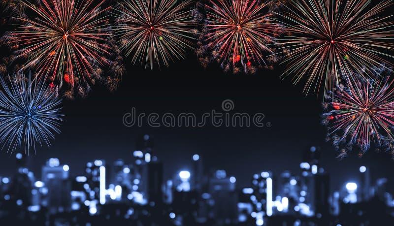 Fuochi d'artificio alla notte nella città, luci vaghe di festival di Bokeh di defocus di costruzione alla notte immagine stock