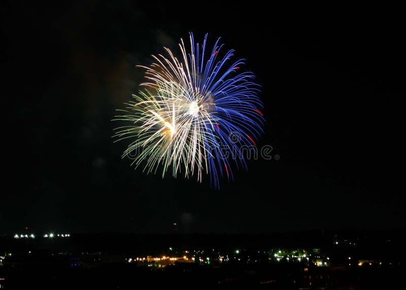 Fuochi d'artificio bianchi, blu e verdi sopra Alessandria d'Egitto, Va 2018 fotografie stock