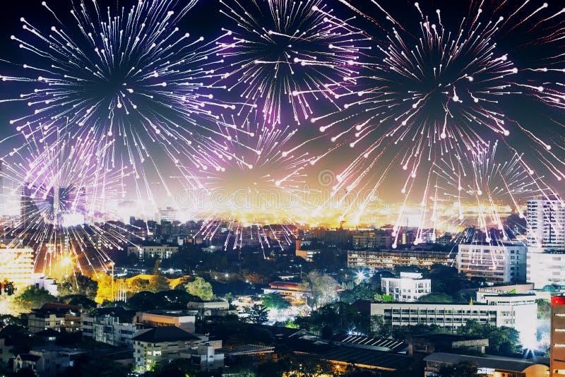 Fuochi d'artificio in carta da parati della città immagine stock