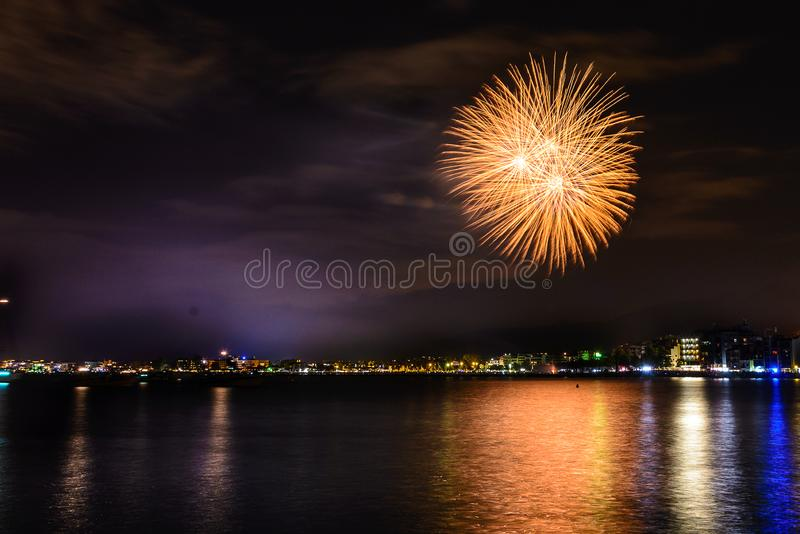 Fuochi d'artificio, castello nella spiaggia, riflessione del fuoco sul mare alla notte in rose, Catalogna, Spagna fotografie stock libere da diritti
