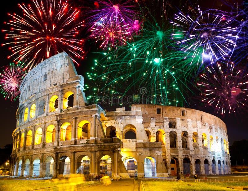 Fuochi d'artificio celebratori sopra Collosseo. L'Italia. Roma fotografie stock libere da diritti