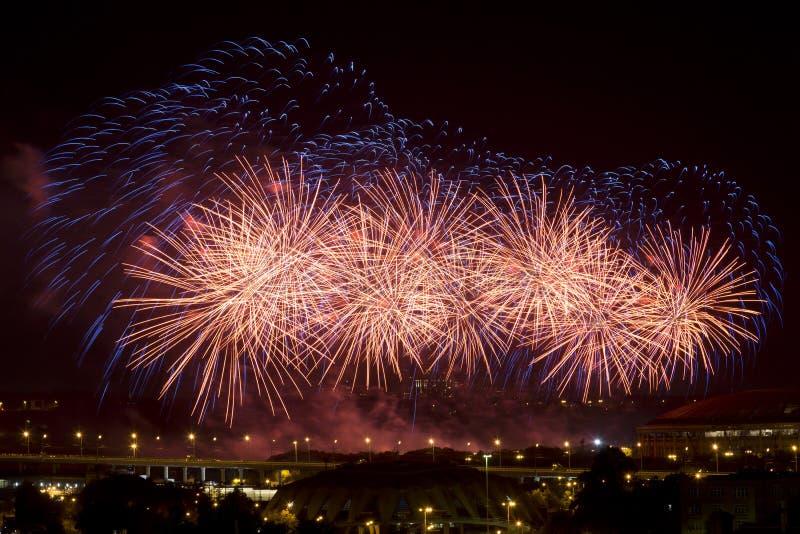 Fuochi d'artificio celebratori sopra la città Mosca di notte, immagini stock libere da diritti