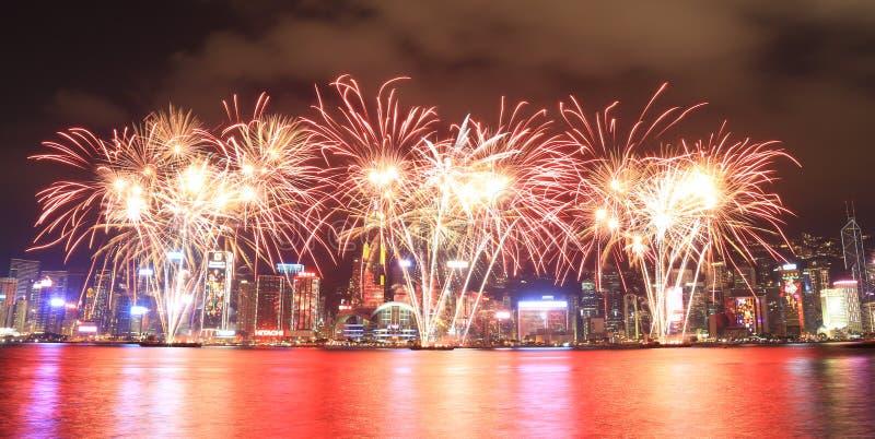 Fuochi d'artificio che celebrano il nuovo anno cinese in Hong Kong fotografia stock libera da diritti