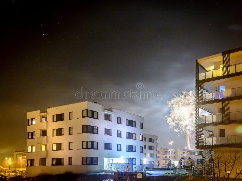 Fuochi d'artificio che infornano sul ` s EVE del nuovo anno fotografia stock