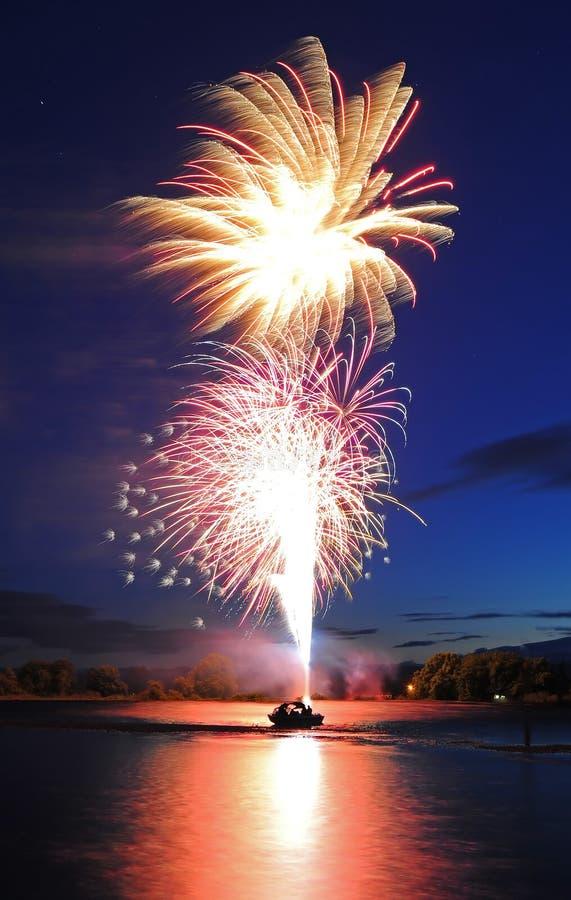 Fuochi d'artificio che lanciano dalla barca fotografie stock