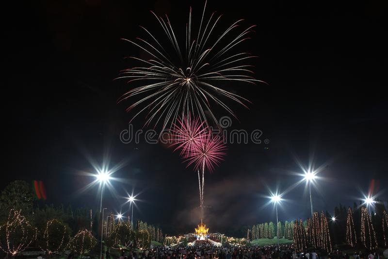 Fuochi d'artificio Colourful nell'anniversario di festa del nuovo anno fotografia stock libera da diritti