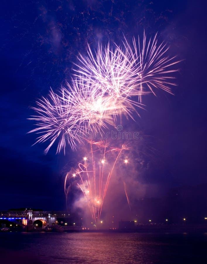 Fuochi d'artificio con le riflessioni immagini stock libere da diritti