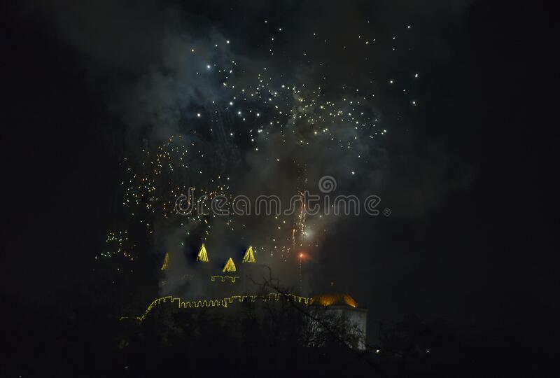 Fuochi d'artificio dal castello di Perlim a Santa Maria da Feira, Portogallo fotografia stock