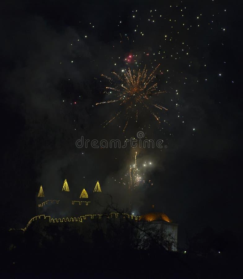 Fuochi d'artificio dal castello di Perlim a Santa Maria da Feira, Portogallo fotografie stock