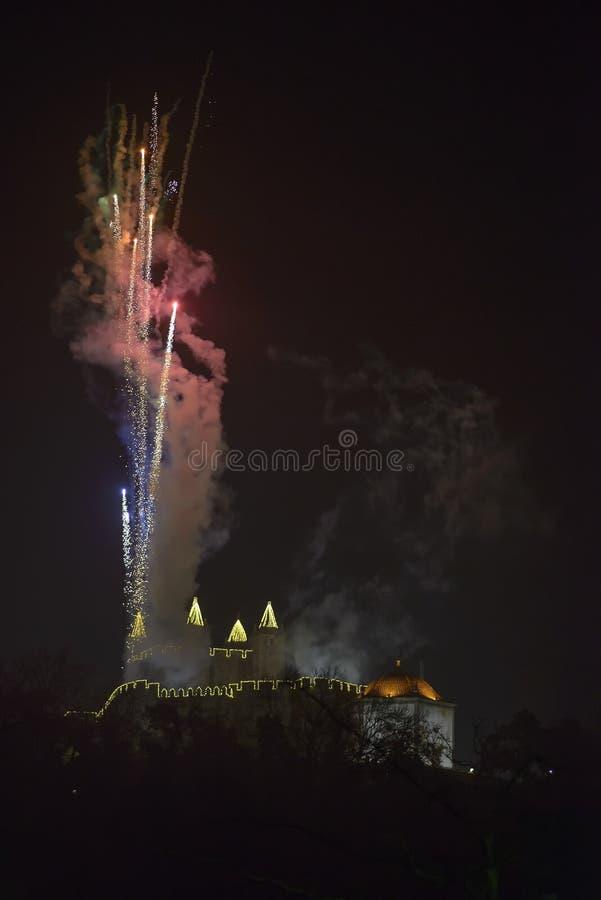 Fuochi d'artificio dal castello di Perlim a Santa Maria da Feira, Portogallo fotografie stock libere da diritti