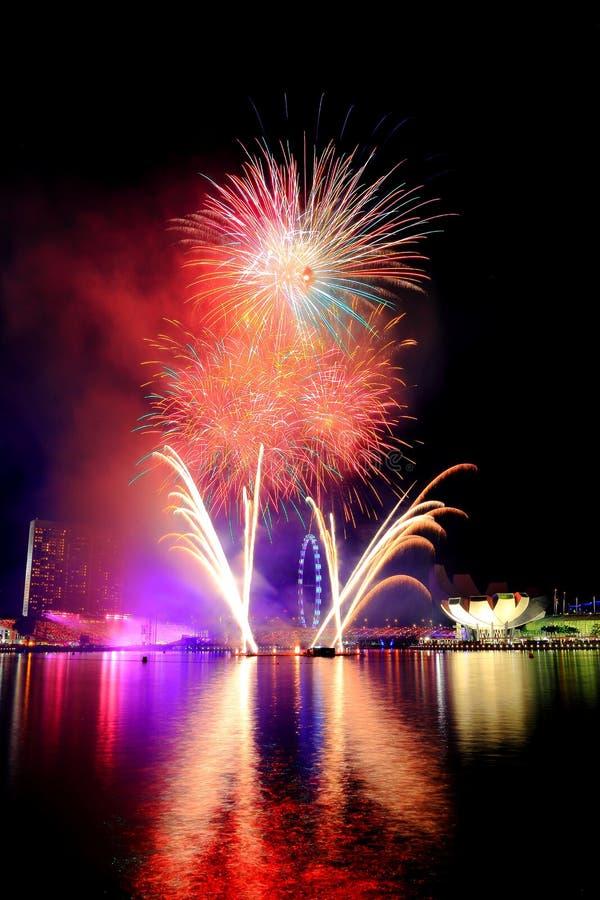 Fuochi d'artificio dalla baia fotografie stock