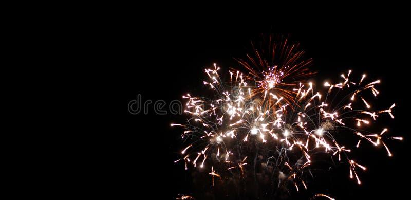 Fuochi d'artificio dei nuovi anni di festival e di anniversario su cielo notturno immagine stock libera da diritti