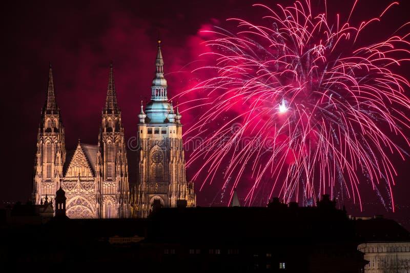 Fuochi d'artificio del castello di Praga fotografia stock libera da diritti