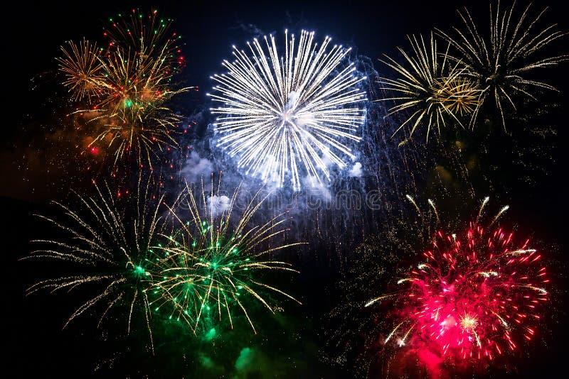 Fuochi d'artificio del nuovo anno sul cielo immagini stock libere da diritti