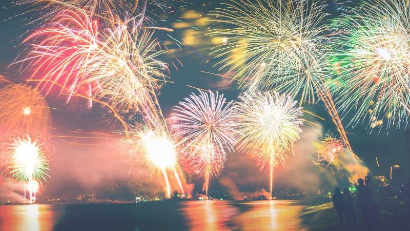 Fuochi d'artificio del nuovo anno sulla spiaggia fotografia stock libera da diritti