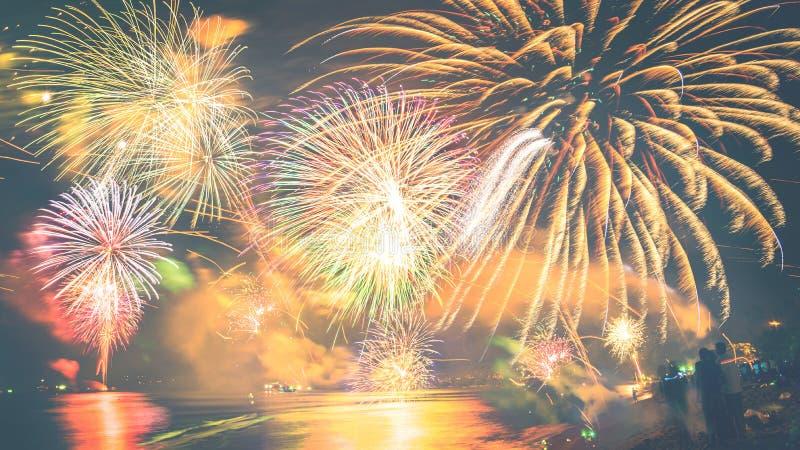 Fuochi d'artificio del nuovo anno sulla spiaggia fotografie stock