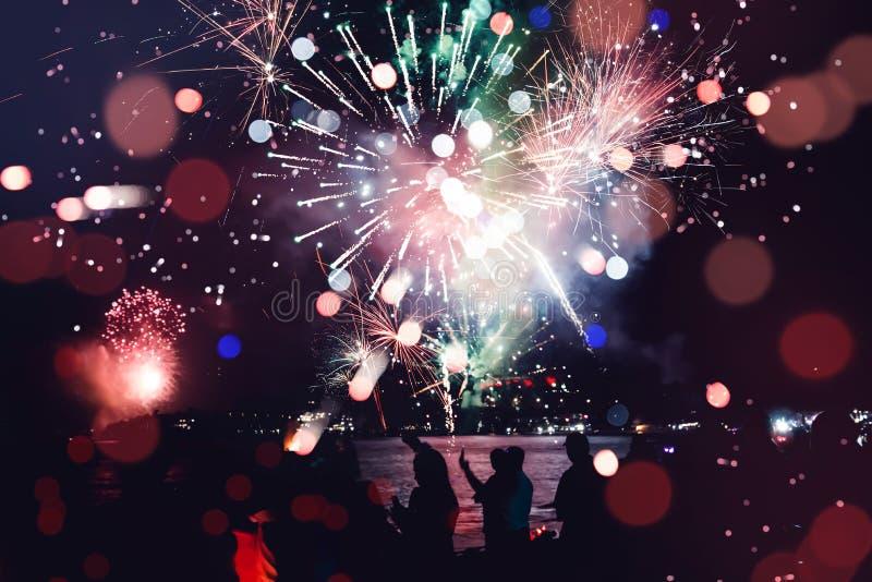 Fuochi d'artificio del nuovo anno sulla spiaggia immagine stock libera da diritti