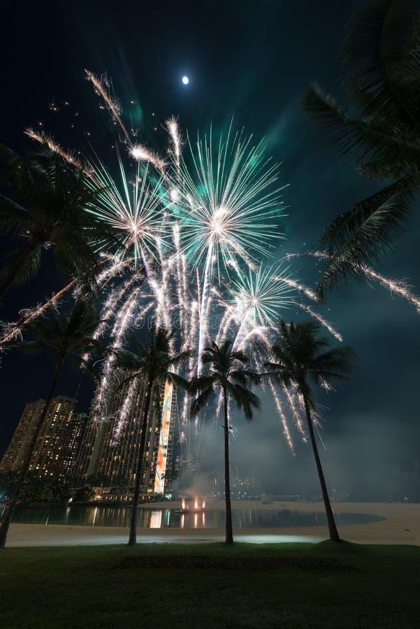 Fuochi d'artificio del ` s del nuovo anno a Honolulu, Hawai immagini stock libere da diritti