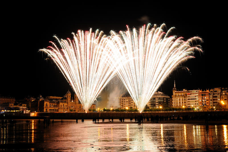Fuochi d'artificio del San Sebastian in estate giusta fotografia stock