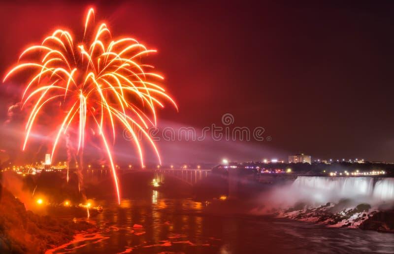 Fuochi d'artificio di cascate del Niagara immagini stock