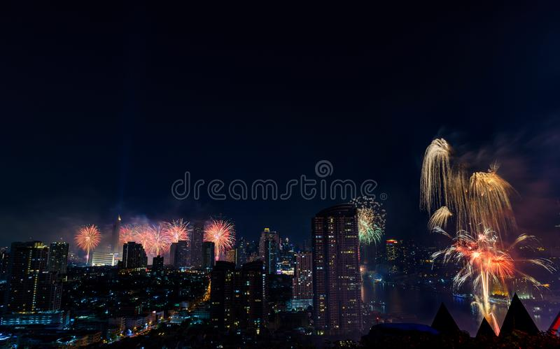 Fuochi d'artificio di celebrazione nella città alla notte Città di Bangkok thailand immagine stock libera da diritti