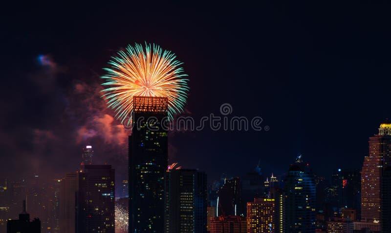 Fuochi d'artificio di celebrazione nella città alla notte Città di Bangkok thailand fotografie stock libere da diritti