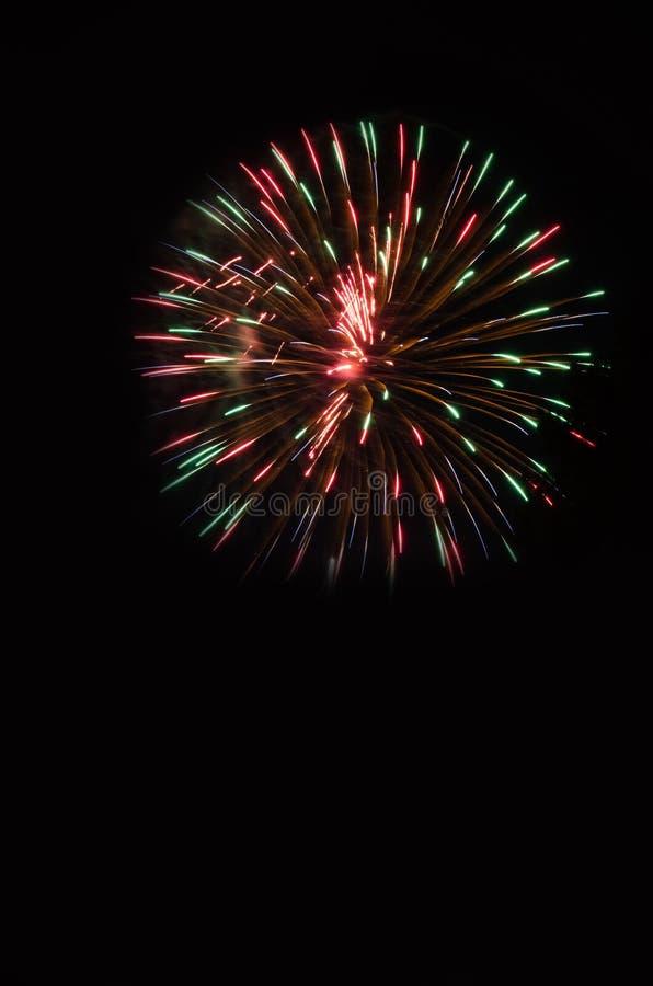 Fuochi d'artificio di Exlpoding nel cielo notturno fotografie stock libere da diritti