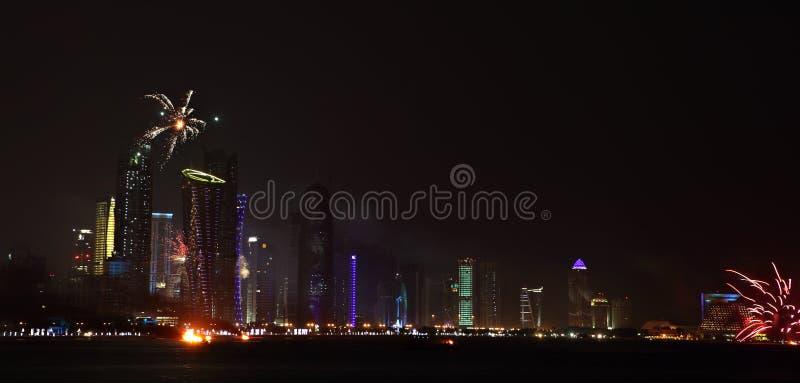Fuochi d'artificio di giorno nazionale del Qatar a Doha fotografia stock libera da diritti
