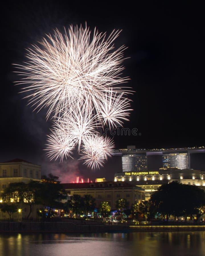 Fuochi d'artificio di giorno nazionale di Singapore sopra Fullerton immagine stock libera da diritti