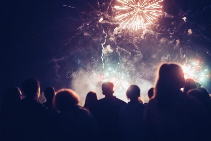 Fuochi d'artificio di sorveglianza della folla fotografia stock