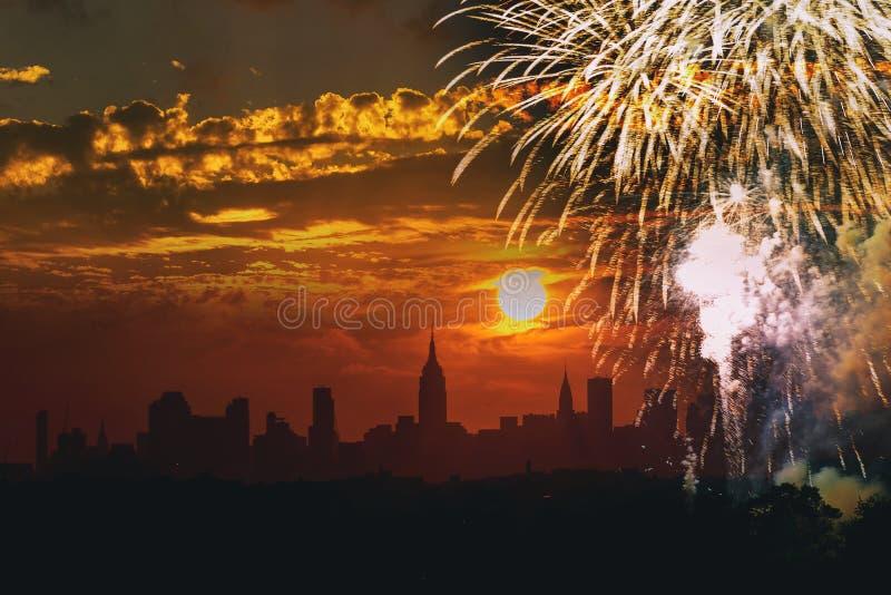 fuochi d'artificio durante la festa dell'indipendenza di Manhattan New York, quarta luglio, di vista di costruzione dello stato d fotografia stock libera da diritti