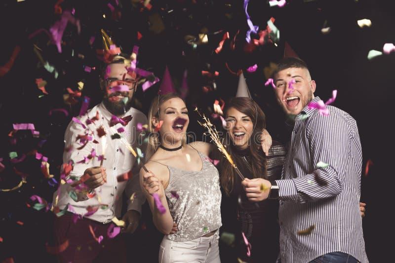 Fuochi d'artificio e ballare al partito fotografia stock