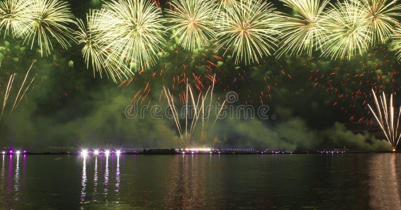 Fuochi d'artificio e manifestazione del laser fotografie stock libere da diritti