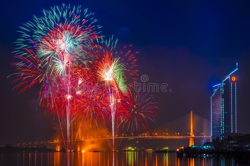 Fuochi d'artificio e ponte di Rama 9 al fiume di Chaopraya, Bangkok Tailandia immagini stock