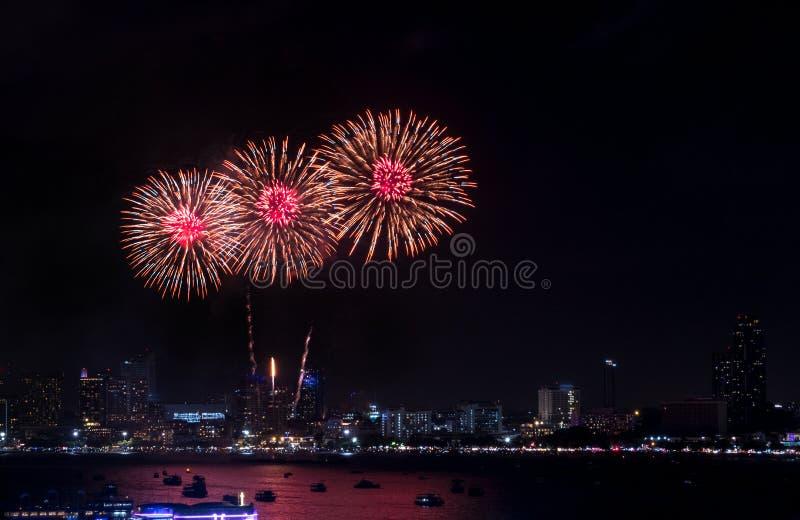 Fuochi d'artificio esplorati sopra paesaggio urbano alla notte a Pattaya Internatio fotografia stock
