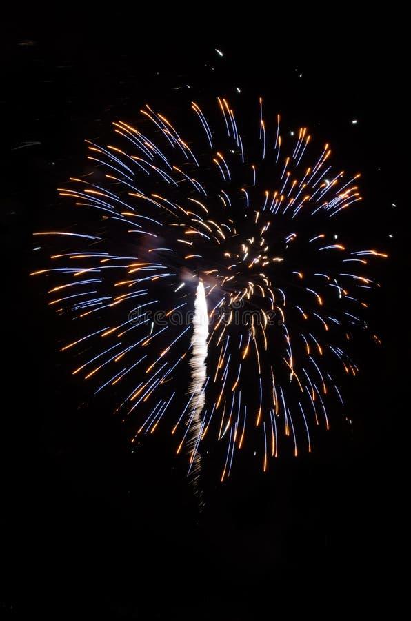 Fuochi d'artificio d'esplosione nel cielo notturno fotografia stock
