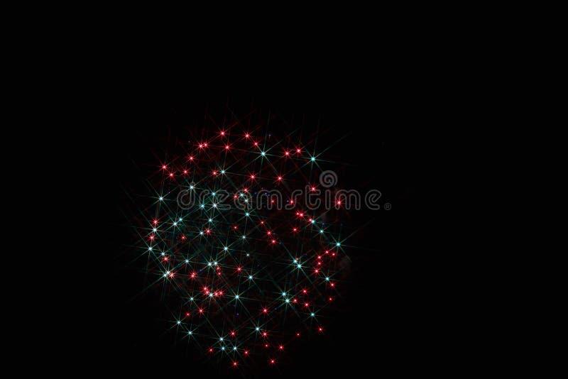 Fuochi d'artificio festivi nel cielo scuro immagini stock