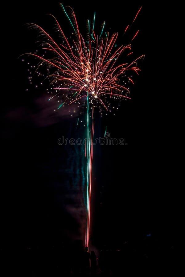 Fuochi d'artificio festivi popolati fotografie stock
