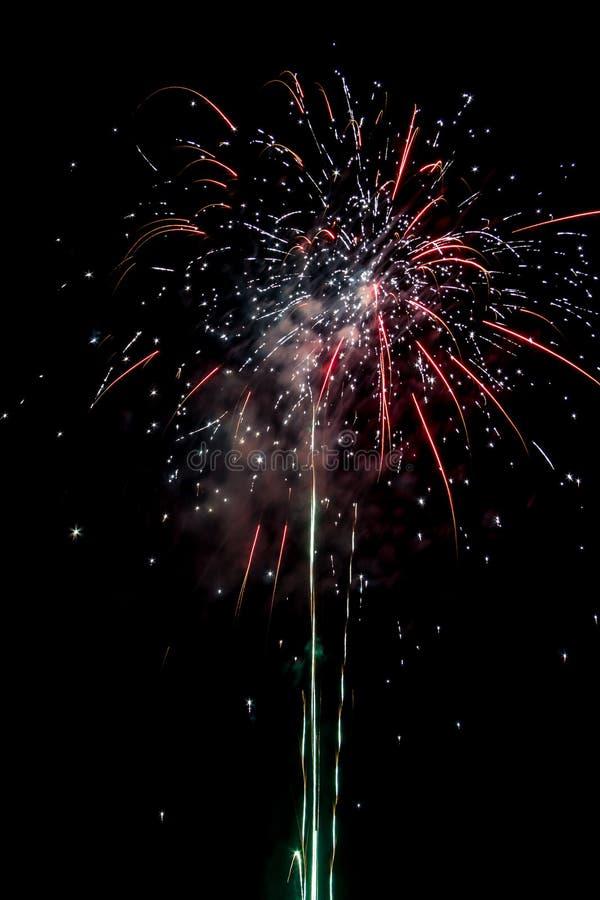 Fuochi d'artificio festivi popolati fotografia stock libera da diritti