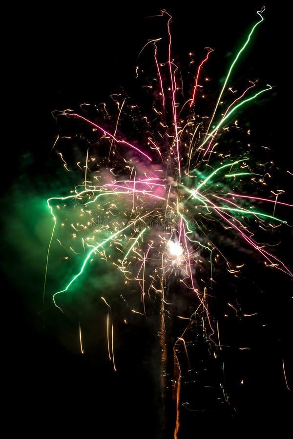Fuochi d'artificio festivi popolati immagine stock libera da diritti