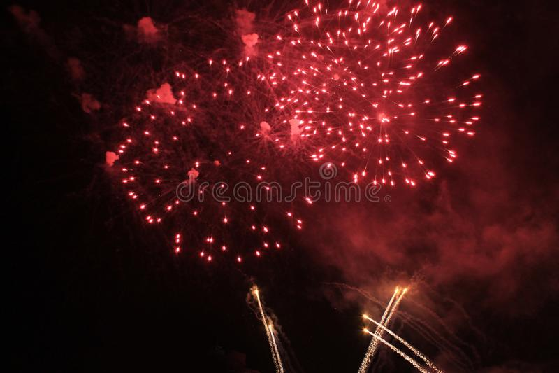 Fuochi d'artificio firework Priorit? bassa celestiale Flash di stupore delle luci brillanti rosse luminose nel cielo notturno dur immagini stock