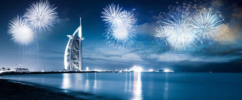 fuochi d'artificio intorno a Burj Al Arab - destinazione esotica del nuovo anno, Dubai, UAE immagini stock libere da diritti