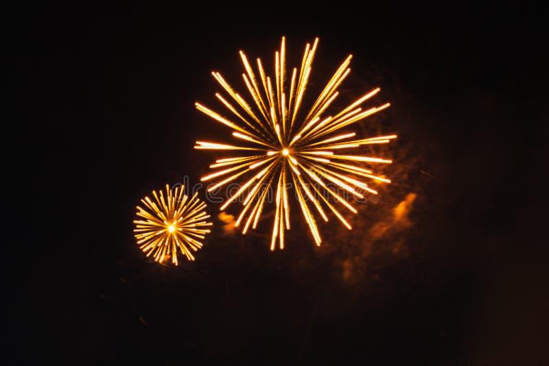 Download Fuochi D'artificio Luminosi Nel Cielo Notturno Nero Immagine Stock - Immagine di città, festival: 56882501