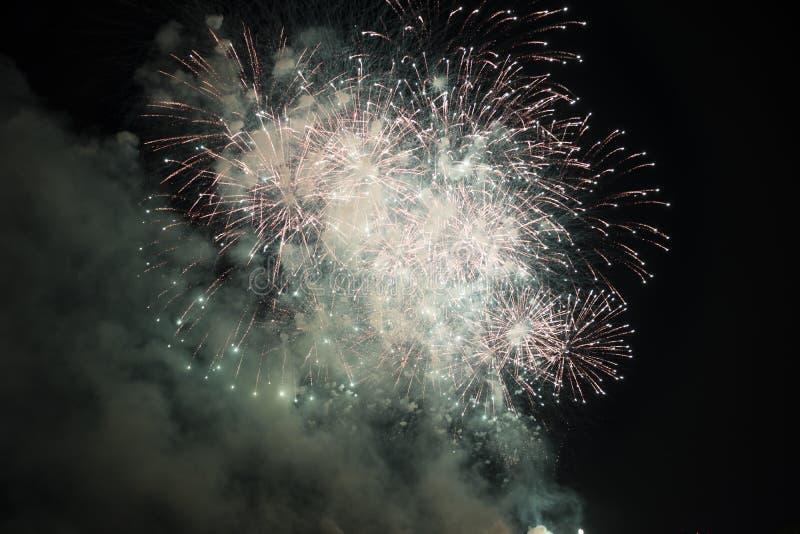 Fuochi d'artificio multipli in cielo notturno in una composizione nell'oro e nel verde delle tonalità fotografia stock