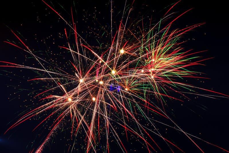 Fuochi d'artificio nel cielo della notte immagini stock libere da diritti