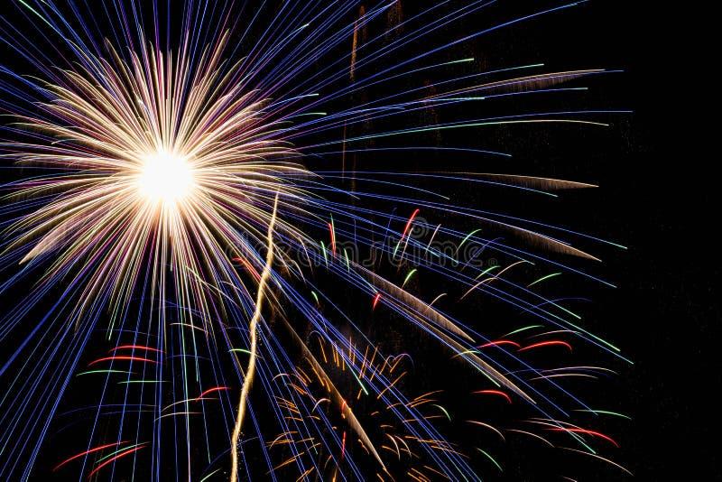 Fuochi d'artificio nel cielo notturno immagine stock