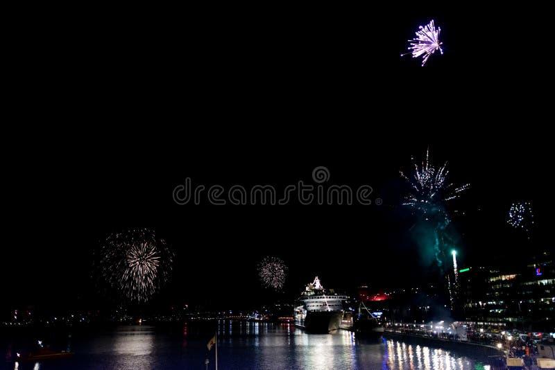 Fuochi d'artificio nel porto svezia di Stoccolma immagine stock