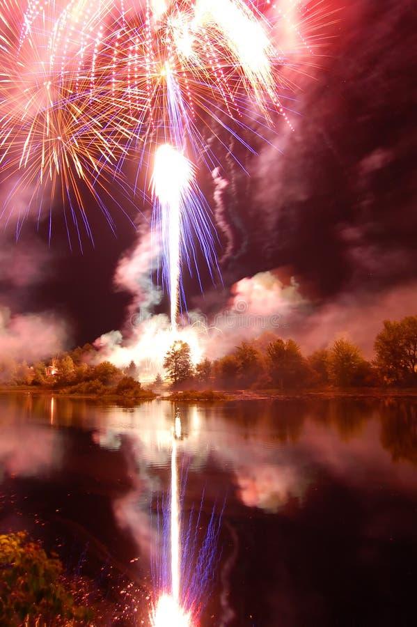 Fuochi d'artificio riflessi fotografia stock