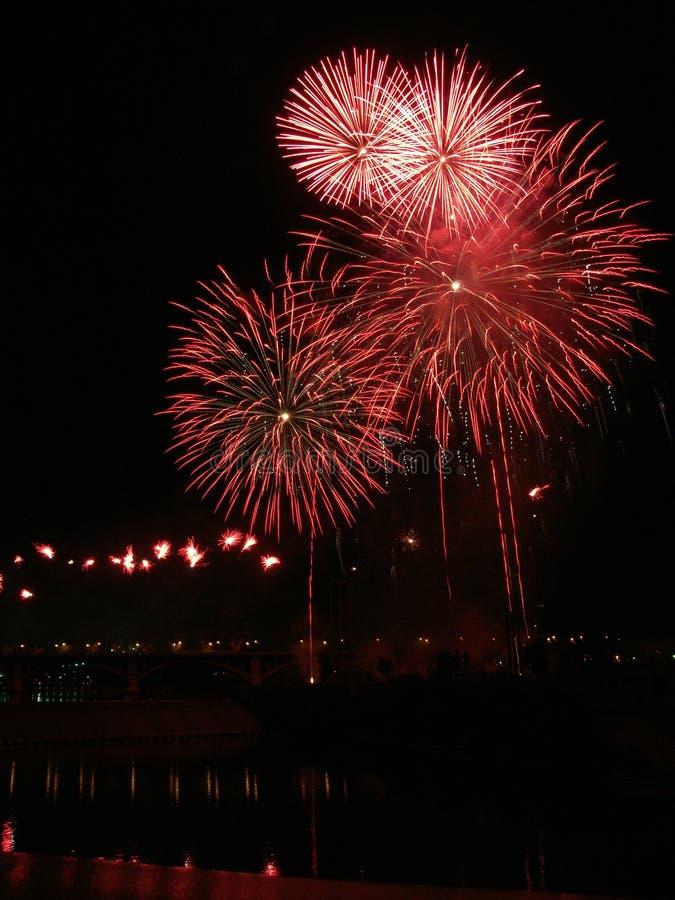 Fuochi d'artificio rossi di Aquatennial fotografia stock
